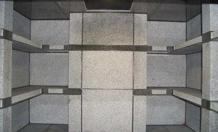 H寺納骨堂内観 2色の石を使用