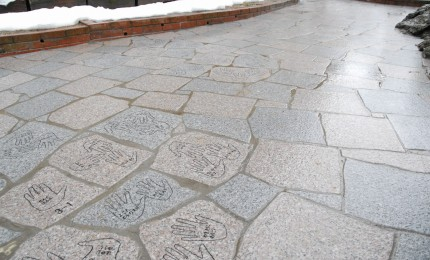石畳 高岡市成美小学校にて先生方と在校生皆様の手形とお名前を彫刻