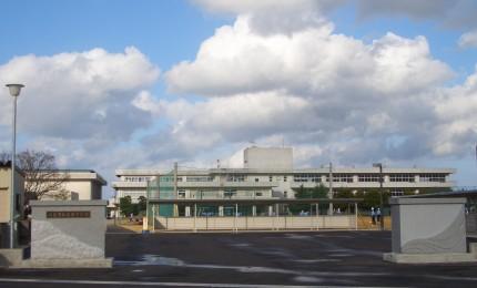 門柱 氷見市西條中学校 海と山をデザインした彫刻が印象的