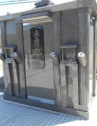 フロアヒンジ組込の大きな一枚扉が特徴の納骨堂